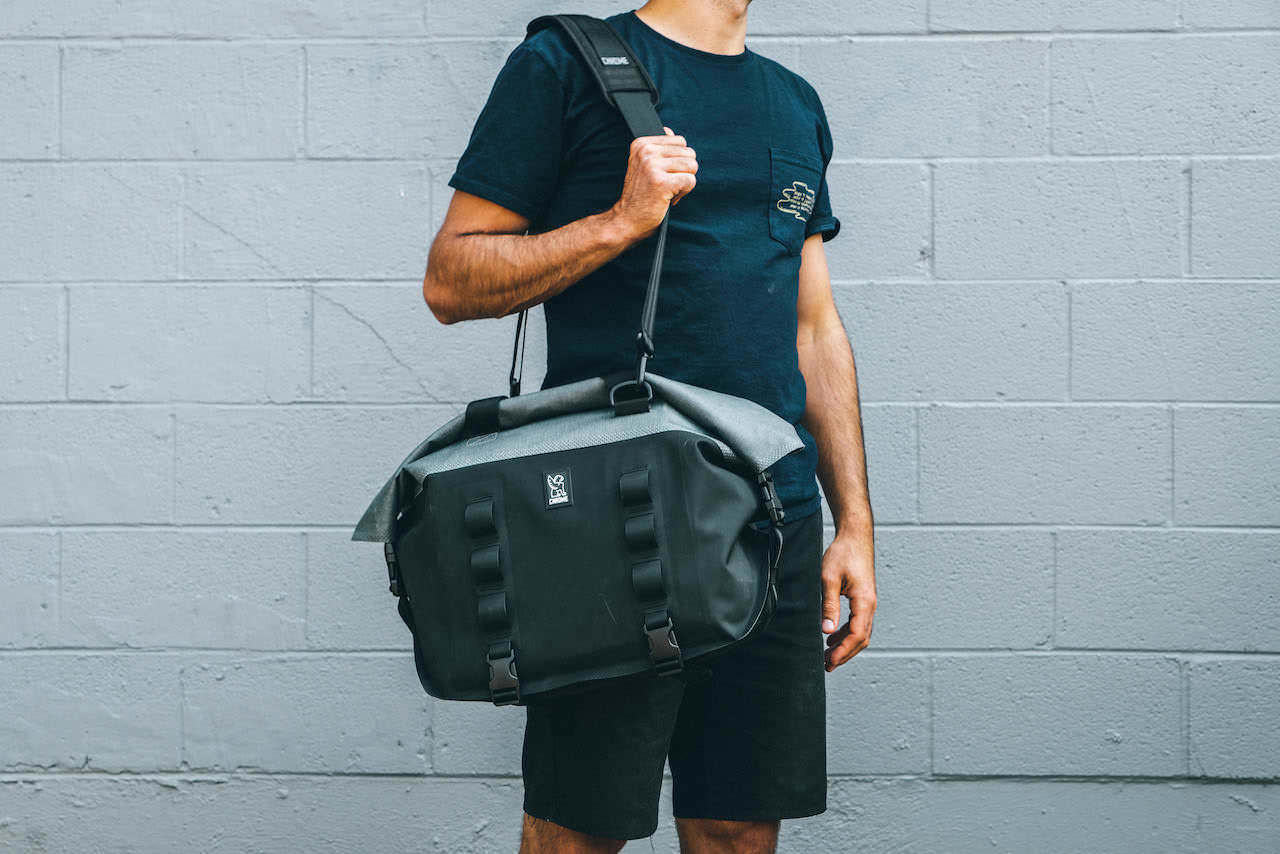 ChromeIndustries_UrbanEx_Tote40L_CarryShoulder_mr